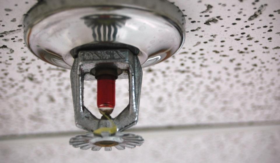 De que maneira o sprinkler atua no combate a incêndios?