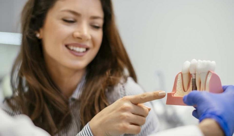 Como é feito o implante dentário? Entenda o procedimento